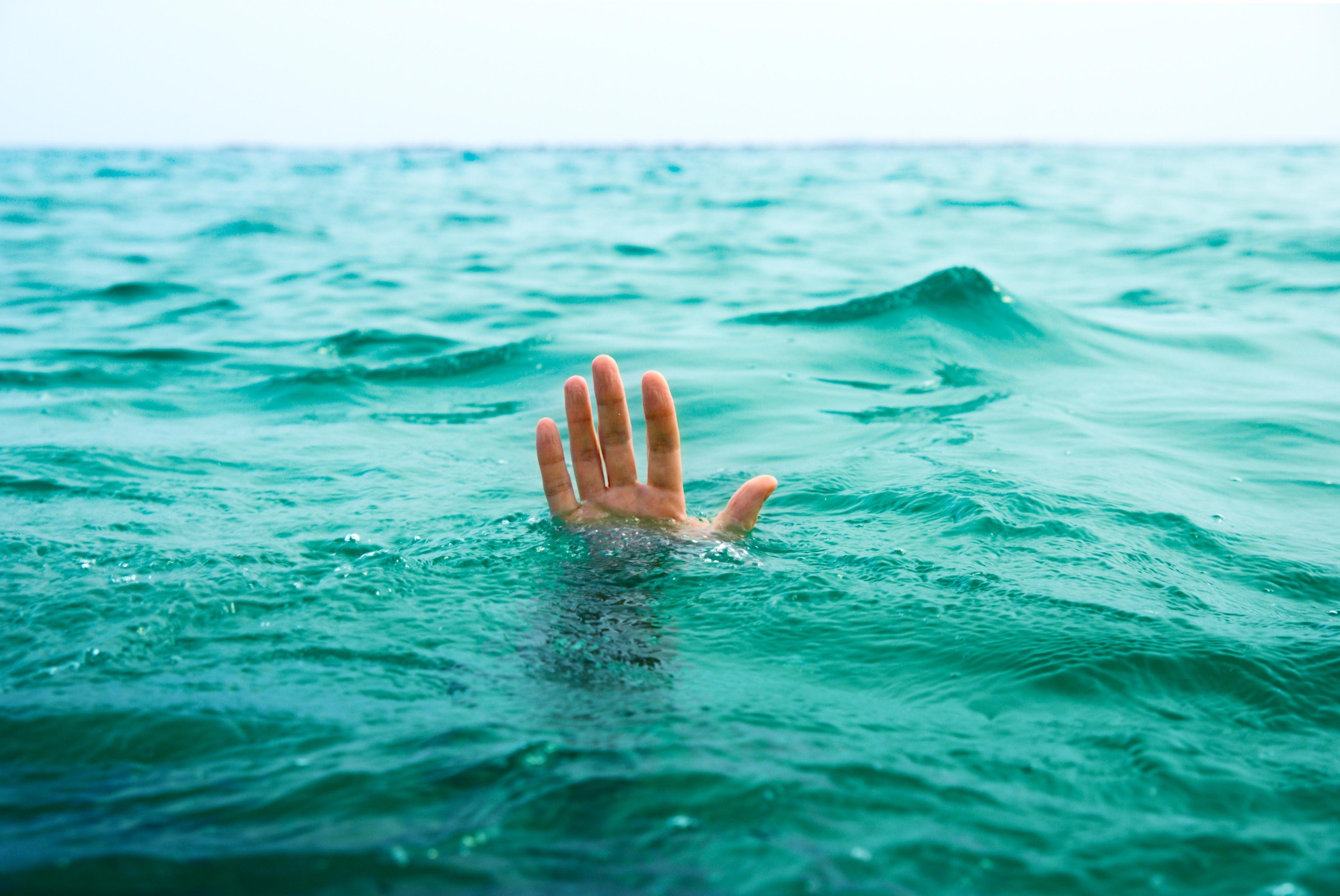 утопление тонет вода
